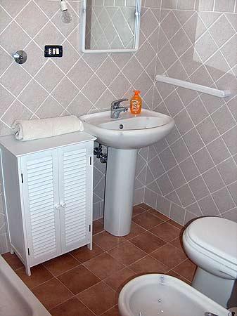 Case a filicudi monolocali sopra e sotto - Ripresa di nascosto in bagno ...